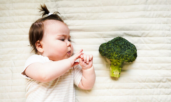 Εφτά στερεές τροφές για το μωρό πριν κλείσει το πρώτο έτος (vid)