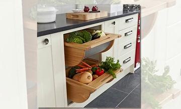 Αυτές οι ιδέες αποθήκευσης για μικρές κουζίνες θα σας λύσουν τα χέρια (vid)
