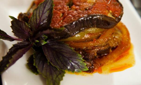 Mπιφτέκια με ροδέλες μελιτζάνας και σάλτσα ντομάτας στην κατσαρόλα (vid)