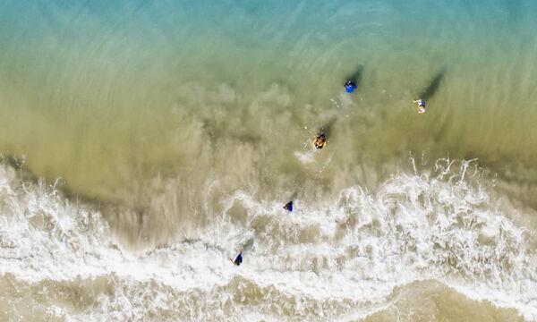 Δε φαντάζεστε τι κολυμπούσε δίπλα στα παιδιά του - H εικόνα από το drone θα σας εκπλήξει (pics)