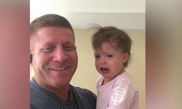 Αυτός ο μπαμπάς βρήκε το τέλειο τρικ για να σταματήσει η κόρη του να κλαίει (vid)
