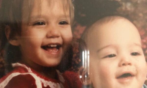 """Πασίγνωστη ηθοποιός ευχήθηκε """"χρόνια πολλά"""" στον αδερφό της με μία παιδική τους φωτογραφία (pics)"""