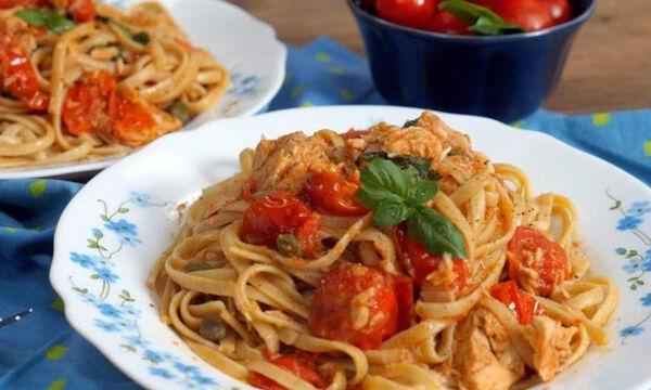 Καλοκαιρινή συνταγή: Λιγκουίνι ολικής άλεσης με τόνο και ντοματίνια (vid)