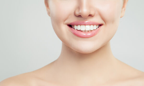 5+1 tips για λεύκανση των δοντιών στο σπίτι με φυσικό τρόπο