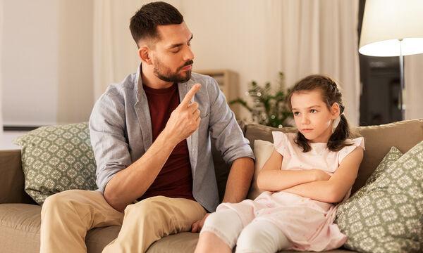 Πώς πρέπει να συμπεριφερθούν οι γονείς όταν δεν εγκρίνουν τις παρέες του παιδιού τους; (vid)