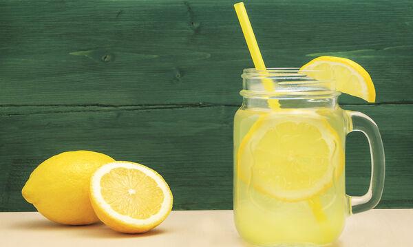 Θέλετε δροσερή, σπιτική λεμονάδα; Δείτε πώς θα τη φτιάξετε (vid)