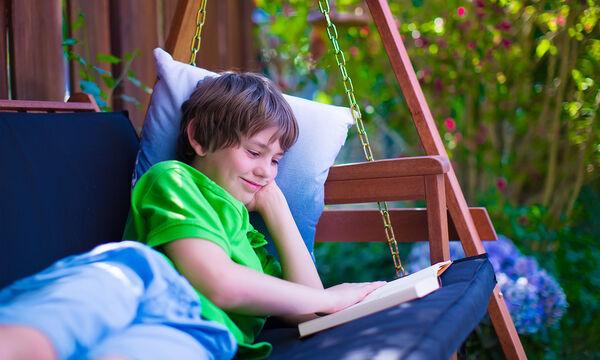 Τέσσερις διασκεδαστικοί τρόποι για να μη χάσει το παιδί την επαφή με το διάβασμα το καλοκαίρι