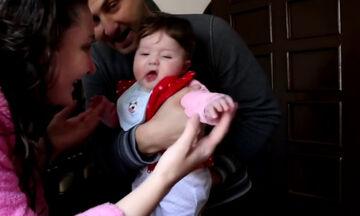 Μπερδεύτηκε το μωρό! Τι συνέβη και δεν αναγνώρισε τη μαμά του; (vid)