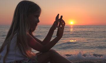 Χρήση διαδικτύου, παιδιά και καλοκαίρι: Όλα όσα πρέπει να γνωρίζουν οι γονείς (vid)