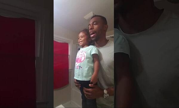 Αυτό που κάνουν μπαμπάς και κόρη κάθε πρωί θα σας εκπλήξει (vid)