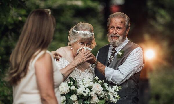 Ντύθηκε ξανά νύφη για να γιορτάσει τα 60 χρόνια γάμου με τον σύζυγό της - Οι φώτο έγιναν viral (pic)