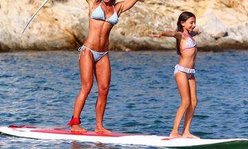Ελληνίδα παρουσιάστρια κάνει SUP με την κόρη της και τρελαίνει το Instagram με το κορμί της (pics)