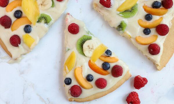 Fruit pizza: Πώς θα φτιάξετε κι εσείς αυτή τη νόστιμη φρουτένια πίτσα