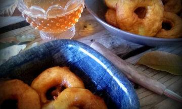 Συνταγή για να φτιάξετε πεντανόστιμους λουκουμάδες με μήλα (vid)