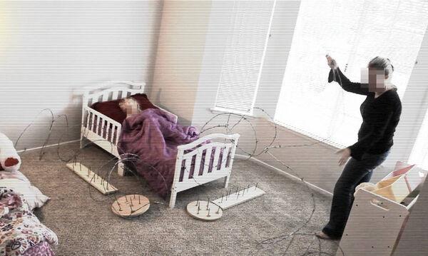 Δε φαντάζεστε τι βάζει αυτή η νταντά γύρω από το κρεβατάκι του μωρού για να μην κατέβει (vid)