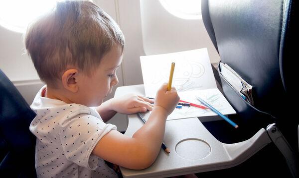 Στο αεροπλάνο με το νήπιο: Tips για ένα ήρεμο και ασφαλές ταξίδι