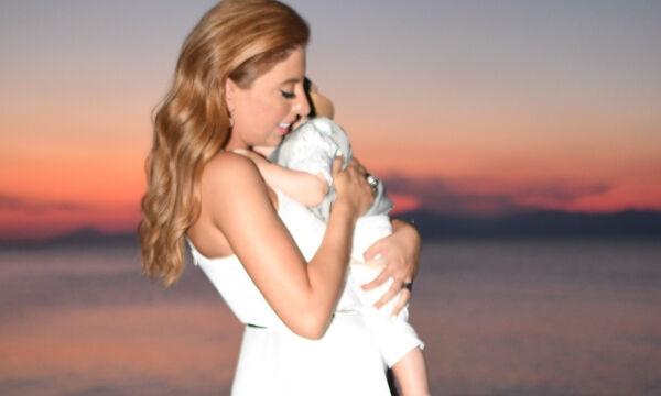 Η Μελίνα Μακρή έγινε νονά! Δείτε τα υπέροχα βαφτιστικά που διάλεξε (pics)