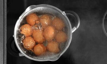Πώς θα καθαρίσετε ένα βραστό αυγό σε χρόνο dt (vid)