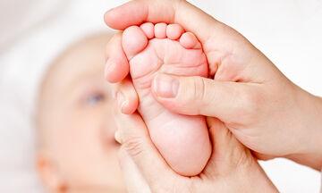Βρεφικό μασάζ: 8 κινήσεις που μπορείτε να εφαρμόσετε πριν τον ύπνο του μωρού (pics)