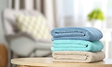 Πώς θα διπλώσετε σωστά τις πετσέτες μπάνιου (vid)