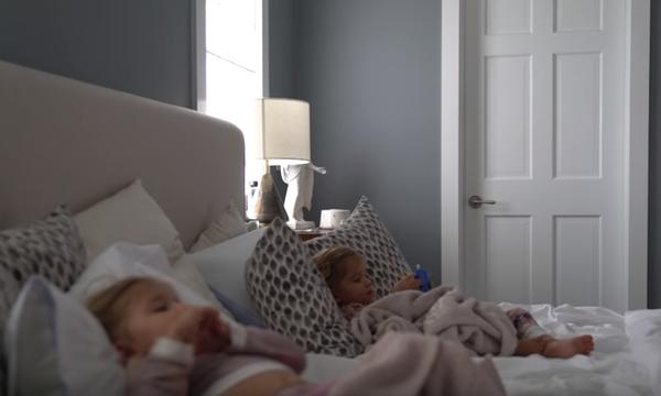 Τοποθέτησαν κρυφή κάμερα στο δωμάτιό τους & έβαλαν τις δίδυμες για ύπνο - Δείτε τι συνέβη (vid)