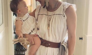 Μαμά και κόρη ντύνονται ασορτί και ποζάρουν στο φωτογραφικό φακό (pics)