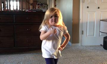 Το χορευτικό αυτής της πιτσιρίκας στο τραγούδι του Justin Bieber είναι όλα τα λεφτά (vid)