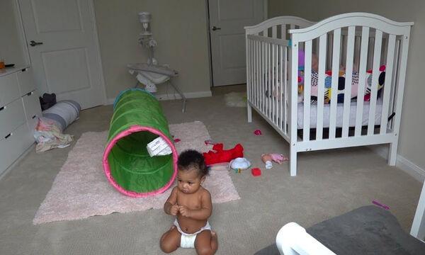 Αφήνουν το μωρό μόνο του στο δωμάτιο - Δείτε τι κάνει (vid)