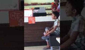 Η ερμηνεία αυτού του αγοριού θα σας ανατριχιάσει - Δείτε το βίντεο που έγινε viral (vid)