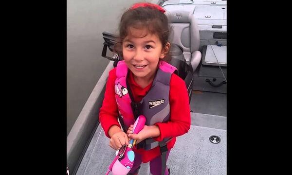 Δείτε τι ψάρεψε αυτό το κοριτσάκι με το παιδικό του καλάμι (vid)