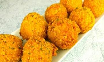 Συνταγή για νόστιμα κεφτεδάκια με τυρί και κρυμμένα λαχανικά (vid)