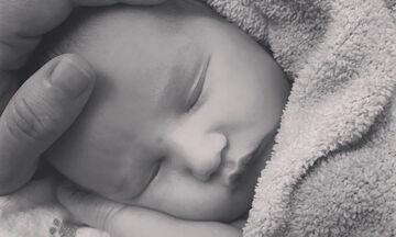 Γνωστή τραγουδίστρια δημοσίευσε νέα φωτογραφία του νεογέννητου μωρού της (pics)