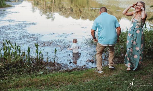 Έβγαζαν φωτογραφίες και ο μικρός τους γιος βούτηξε στη λίμνη (pics)