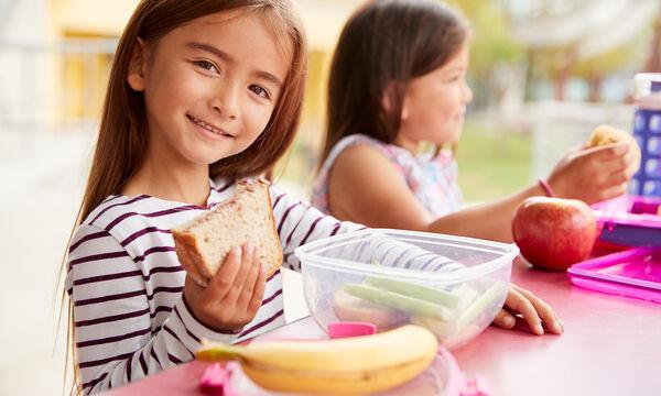 Πέντε εύκολες ιδέες για να ετοιμάσετε το κολατσιό των παιδιών στο σχολείο (vid)