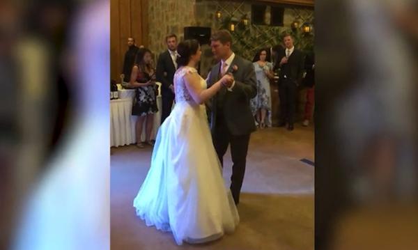 Δείτε τι φόρεσε ένα κοριτσάκι στο γάμο αυτού του ζευγαριού - Δεν πάει το μυαλό σας (vid)