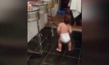 Ο χορός αυτού του μπόμπιρα κάνει το γύρο του διαδικτύου - Δείτε το ξεκαρδιστικό βίντεο (vid)