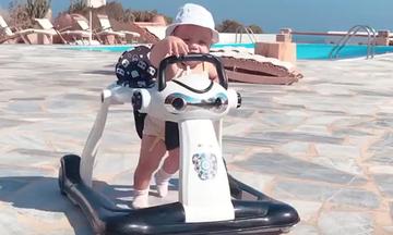 Ένα από τα δίδυμα έκανε τα πρώτα του βήματα - Δείτε το βίντεο που δημοσίευσε η Ελληνίδα μαμά (vid)