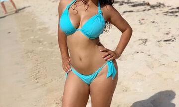 Γιόρτασε τα γενέθλιά της ποζάροντας με σέξι μαγιό: «Γίνομαι 53! Και;»