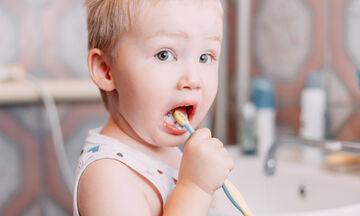 Το βούρτσισμα των δοντιών από τους πρώτους μήνες μέχρι και το 10ο έτος σε ένα βίντεο (vid)