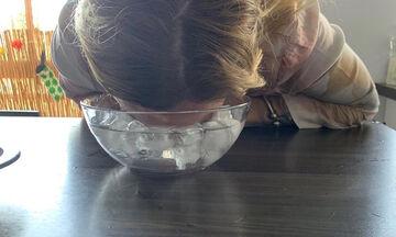Πάγο στο πρόσωπο: Διάσημη Ελληνίδα μαμά δημοσίευσε αυτή τη φώτο & μας έδειξε το beauty μυστικό της
