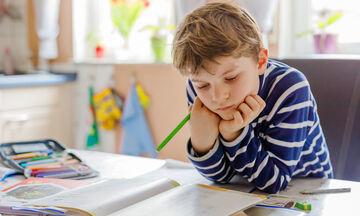 Πώς να βοηθήσετε το παιδί σας να οργανώνει μόνο του το διάβασμα