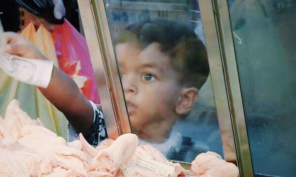 Τρίχρονο αγοράκι πηγαίνει μόνο του για ψώνια - Δείτε τις αντιδράσεις του κόσμου (vid)