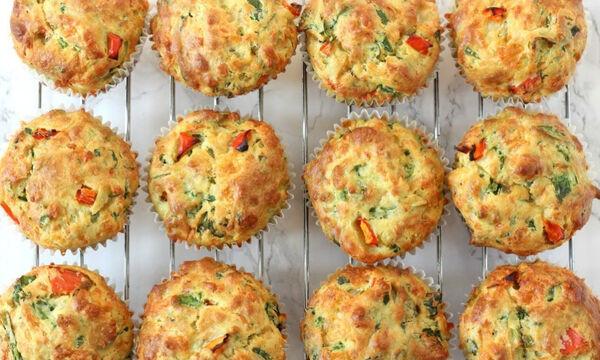 Κολατσιό για το σχολείο: Αφράτα muffins με σπανάκι και τυρί (vid)