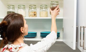Εύκολες και απλές λύσεις για να βάλετε μια τάξη στα ντουλάπια της κουζίνας (vid)