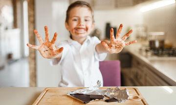 Λεκές από σοκολάτα; Έτσι θα τον αφαιρέσετε εύκολα και γρήγορα (vid)