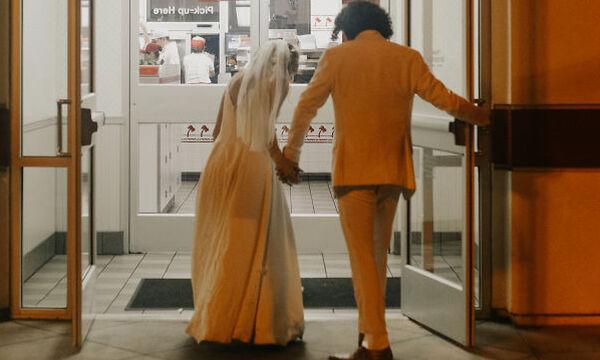 Ζευγάρι επέλεξε να φωτογραφηθεί μετά το γάμο στο πιο ασυνήθιστο μέρος (pics)