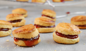 Συνταγή για αφράτα μπισκότα με μαρμελάδα φράουλας