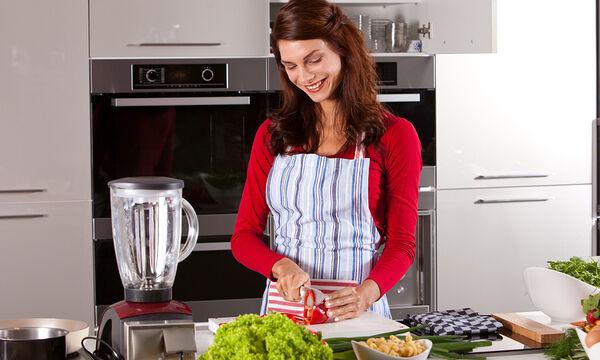 Δέκα πανέξυπνα κόλπα για το μαγείρεμα που θα σας διευκολύνουν (vid)