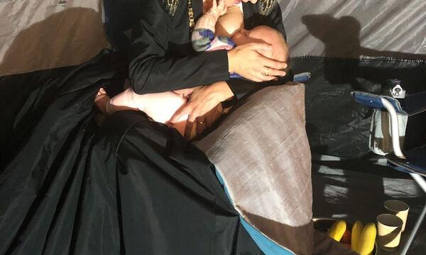 Θηλάζει τον γιο της κατά τη διάρκεια των γυρισμάτων της σειράς που πρωταγωνιστεί (pics)