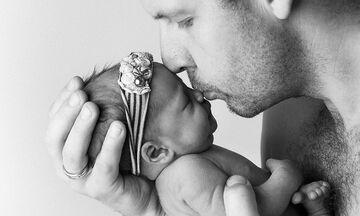 Τα μοναδικά πορτραίτα μπαμπάδων με τα μωρά τους που κάνουν το γύρο του διαδικτύου (pics)